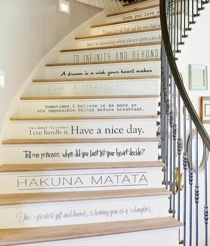 escalier-moderne-déco-géniale-textes-sur-les-contremarches