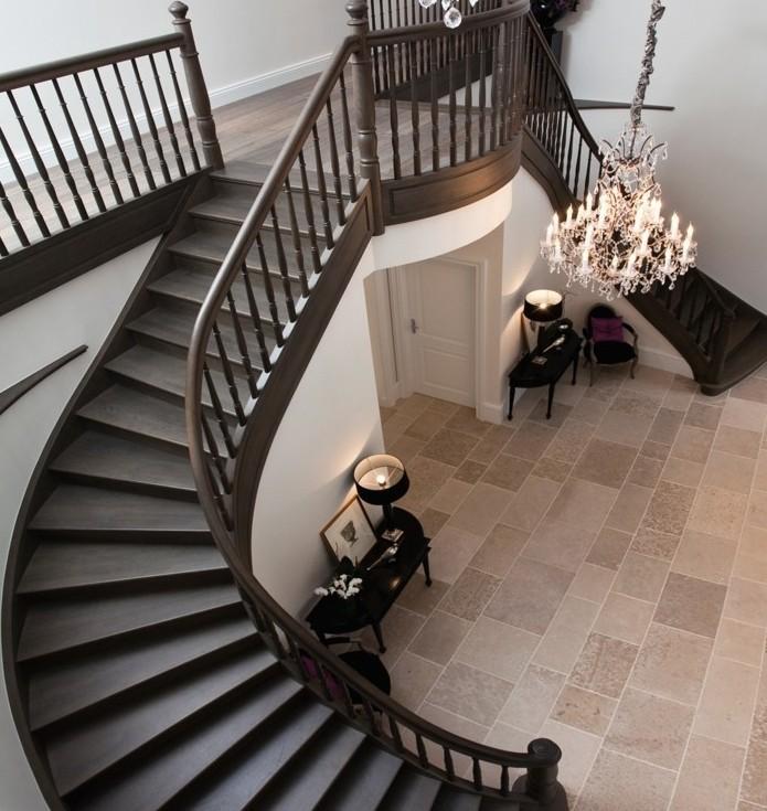 escalier-moderne-en-bois-marron-style-vintage-somptueux