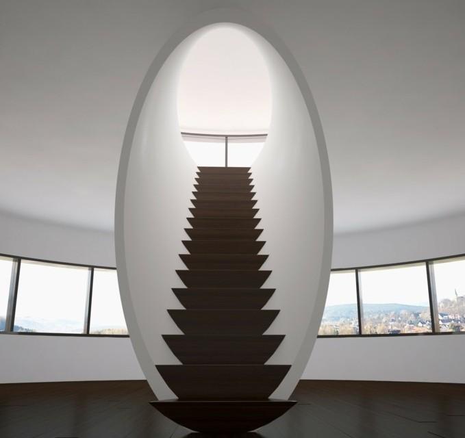 escalier-moderne-escalier-non-conformiste-escalier-en-bois-posé-dans-un-tunnel-mural