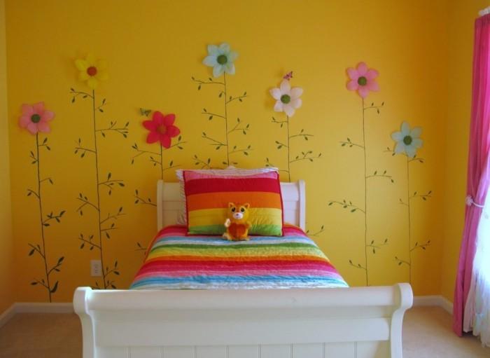 magnifique-idee-peinture-chambre-enfant-en-jaune-déco-murale-à-fleurs-couverture-de-lit-multicolore