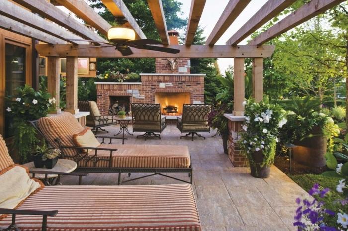 magnifique-pergola-moderne-en-bois-un-espace-propice-à-la-relaxation-chaises-longues-canapés-riches-déco-florale-cheminée-en-plein-air
