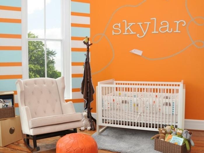 peinture-chambre-bébé-orange-qui-crée-une-ambiance-enjouée-lit-blanc-à-barreaux-poufe-orange-panier-de-rangement