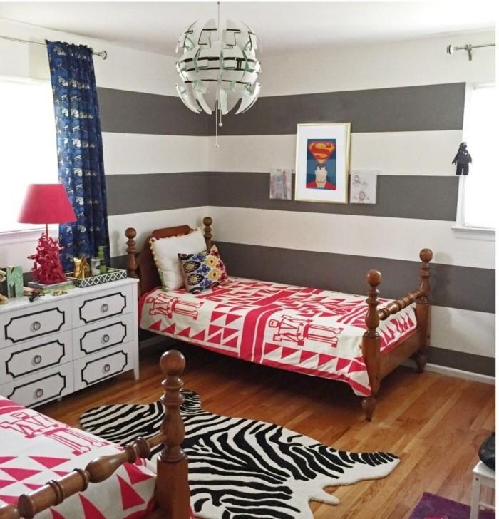 peinture-chambre-enfant-à-rayures-grises-et-blanches-lits-en-bois-tapis-zèbre-formidable-commode-et-belle-déco-murale