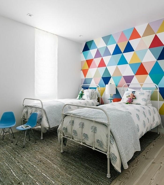peinture-chambre-enfant-blanche-avec-un-mur-d-accent-en-petit-triangles-mulricolores-modele-chambre-vintage
