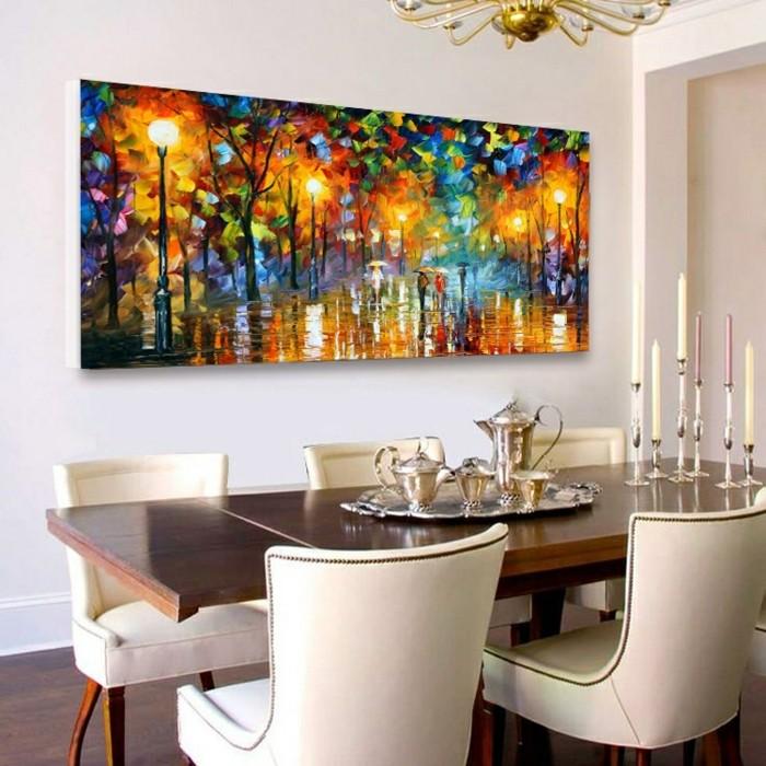 peinture-salle-à-manger-blanche-table-en-bois-chaises-tapisserie-blanche-lustre-élégant-un-joli-tableau-qui-représente-le-point-focal