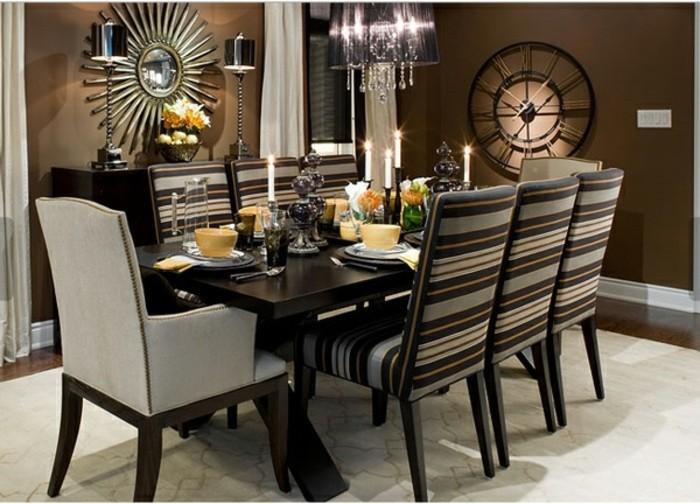peinture-salle-à-manger-marron-table-en-bois-décorée-de-manière-très-esthétique-chaises-en-bois-à-tapisserie-très-jolie-lustre-somptueux-horloge-design-moderne