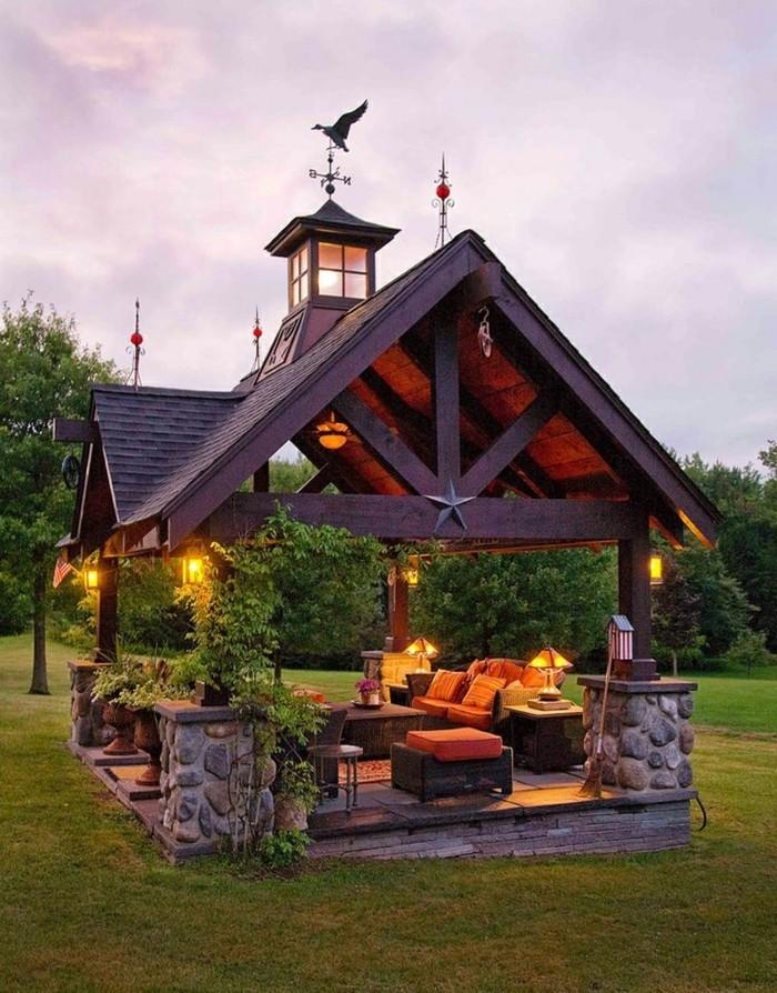 pergola-en-bois-qui-imite-la-toiture-d-une-maison-un-véritable-oasis-meubles-et-lumières-qui-créent-une-ambaince-cosy