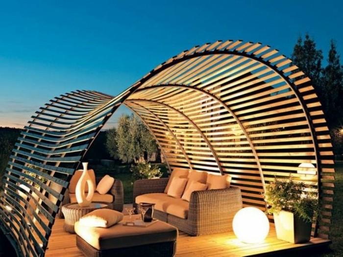 pergola-moderne-en-bois-design-très-original-et-sophistiqué-pergola-aménagée-avec-des-meubles-en-rotin