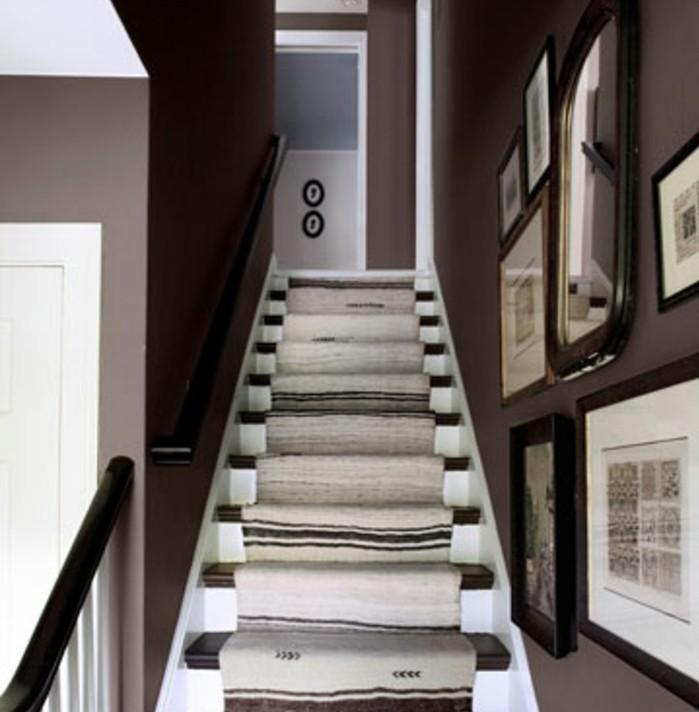 idee-deco-escalier-style-rustique-vieux-tapis-turc-peinture-mur-en-gris-foncé-ddeco-murale-esthétique