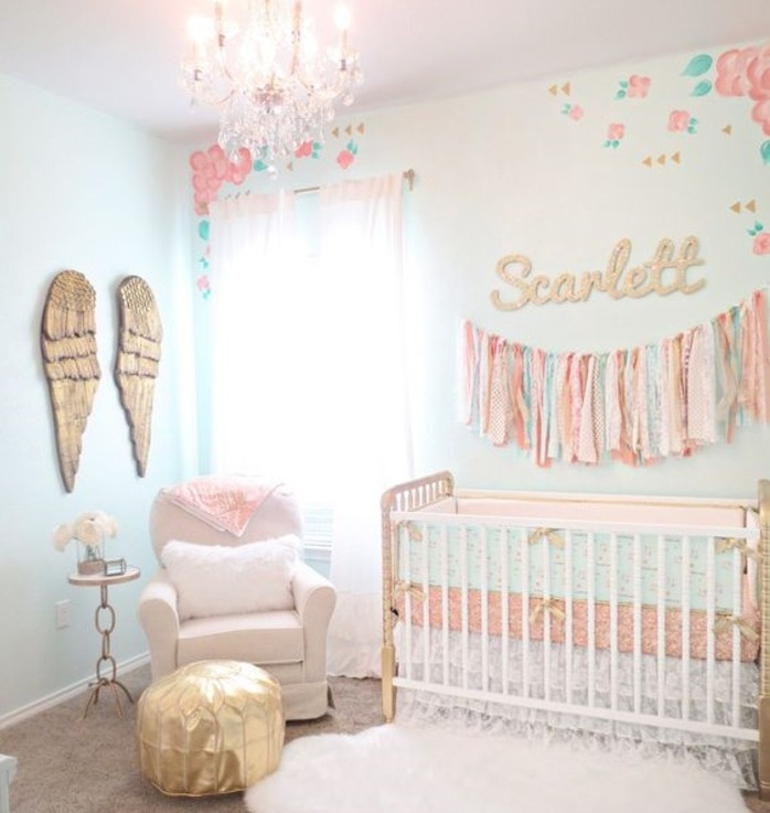 peinture-chambre-bébé-bleu-clair-lit-à-barreaux-blanc-canapé-blanc-poufe-déco-murale-ailes-d-ange