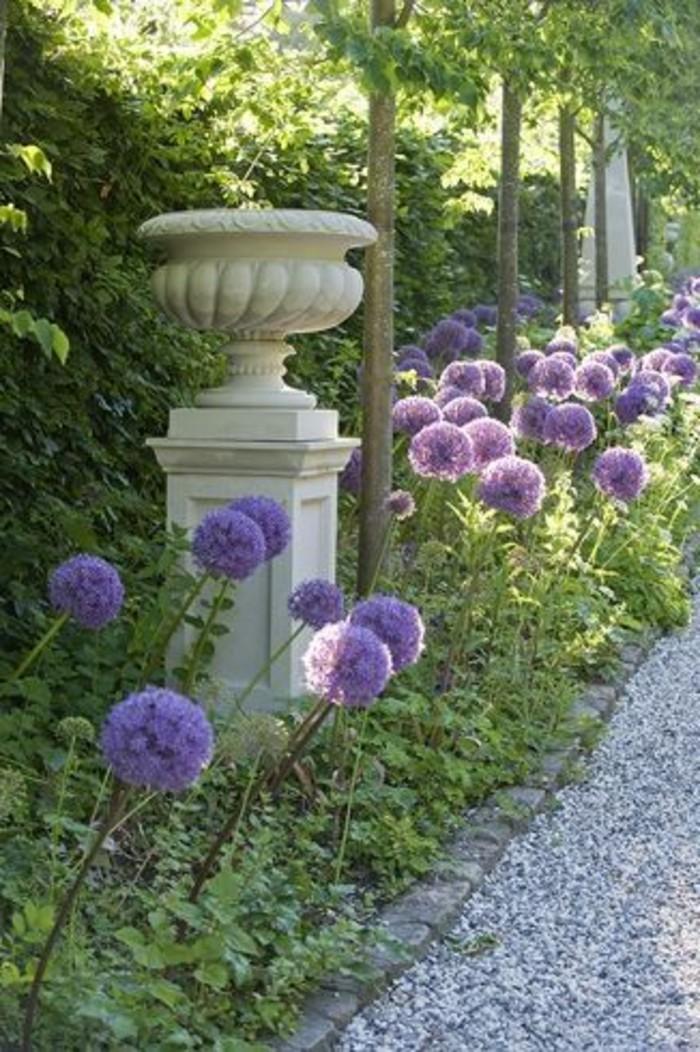 10-Mur de clôture. Des fleurs lilas.