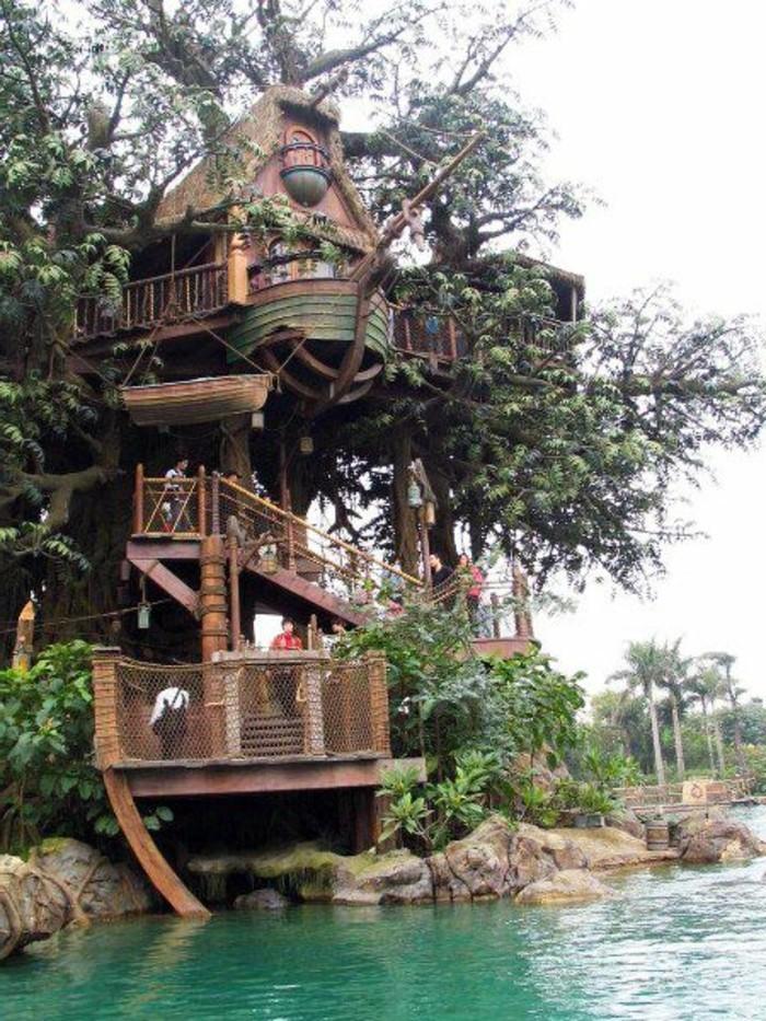 10-decoration Disney dans le jardin. Un escalier. Une maison.