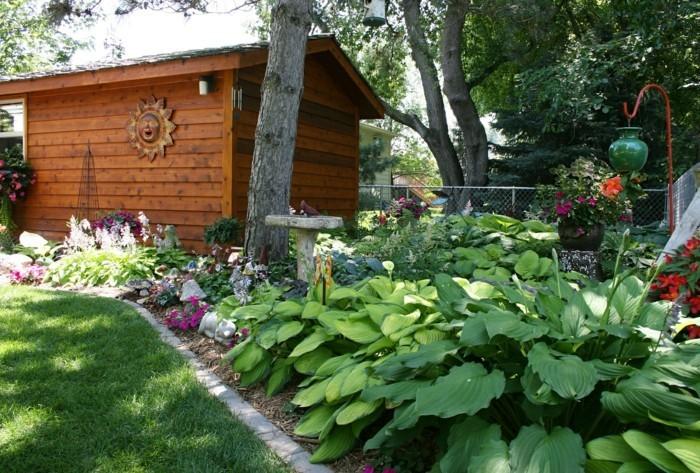 100-decoration Disney dans le jardin. Une maison en bois.