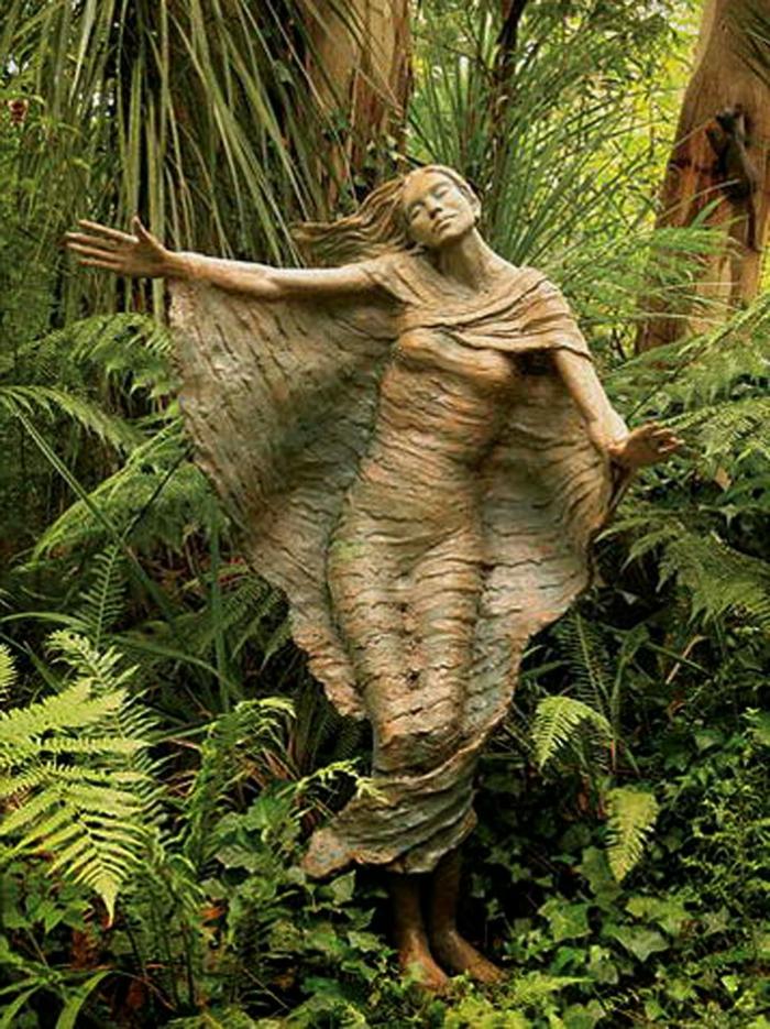 102-deco Disney dans le jardin. Une statue.