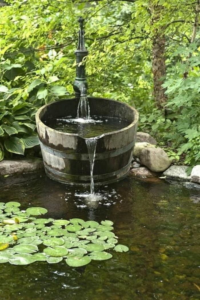 103-Murs de cloture. Une fontaine.