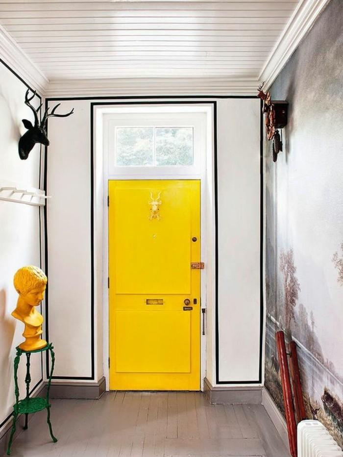 106-Tapisserie couloir. Une porte jaune.