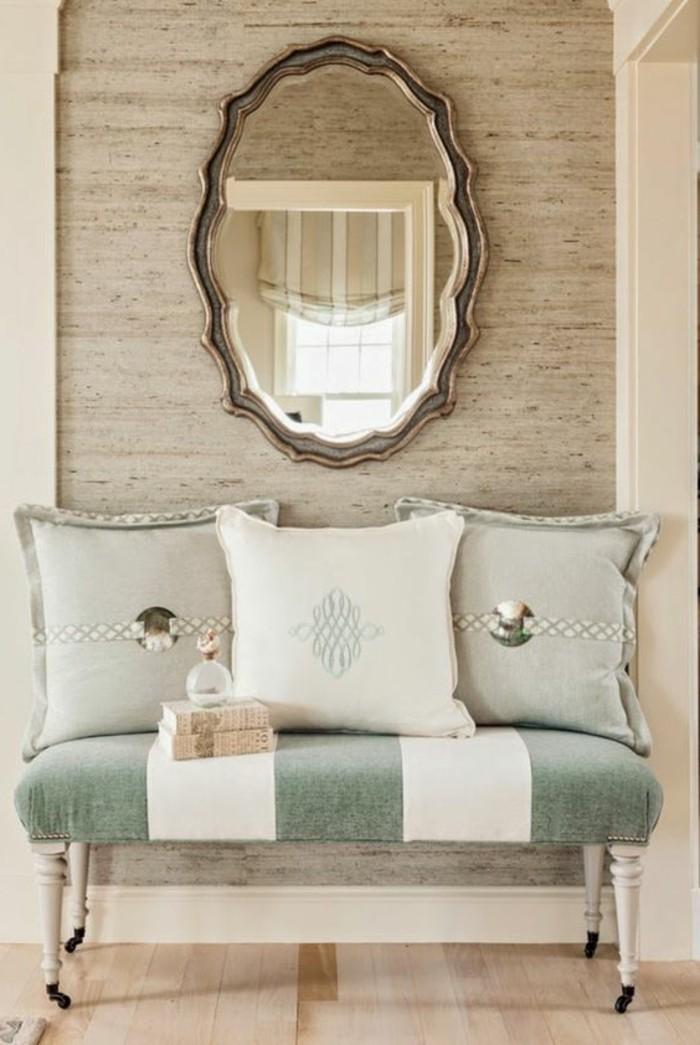 107-Tapisserie couloir. Un canape. Un miroir.