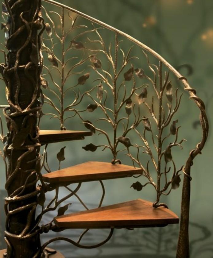deco-escalier-jolie-balustrade-escalier-à-motifs-floraux-escalier-tournant-en-bois-un-véritable-chef-d-oeuvre