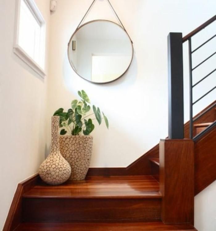deco-escalier-quart-tournant-vases-de-fleurs-sur-le-palier-grand-miroir-rond-accroché-sur-le-mur