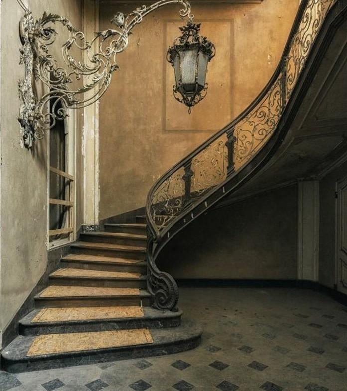 deco-escalier-vintage-qui-donne-la-sentiment-de-se-trouver-dans-un-château-formidable-lampion-vintage-rambarde-escalier-à-jolis-motifs