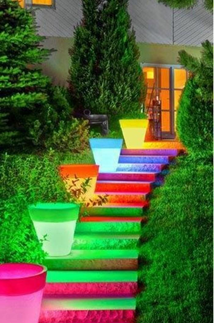 idee-deco-escalier-exterieur-extrêmement-originale-pots-à-fleurs-à-éclairage-LED