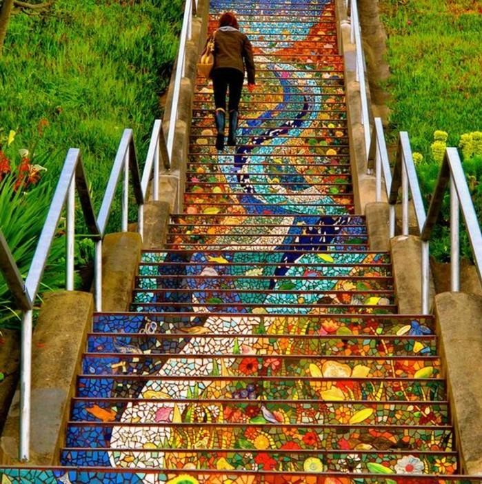 idee-deco-escalier-exterieur-multicolore-jolie-mosaique-faite-avec-attention-pour-les-détails