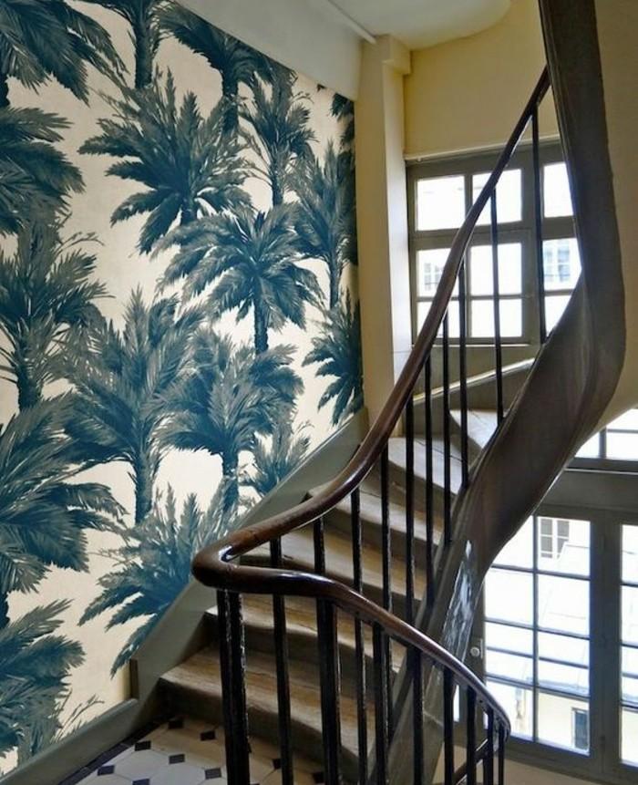 idee-originale-deco-escalier-qui-vous-transporte-dans-un-paradis-exotique-papier-peint-à-pamiers