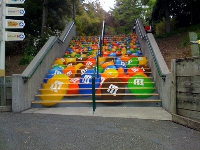 idee-très-originale-repeindre-un-escalier-exterieur-deco-en-bonbons-ambiance-gaie