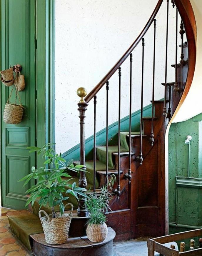 modele-escalier-au-charme-rustique-habillage-escalier-avec-un-tapis-vert-déco-composée-de-plantes