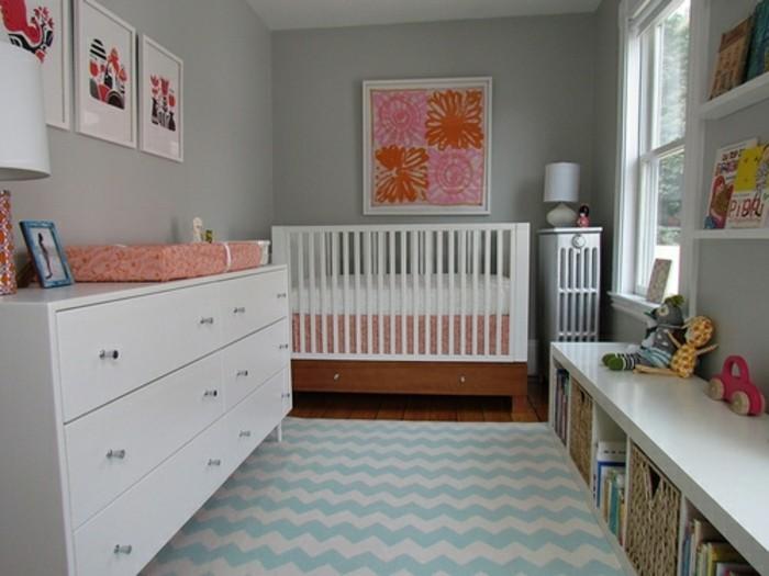 peinture-chambre-bebe-grise-lit-à-barreaux-blanc-commode-blanche-étagères-belle-déco-murale-composée-de-tableaux