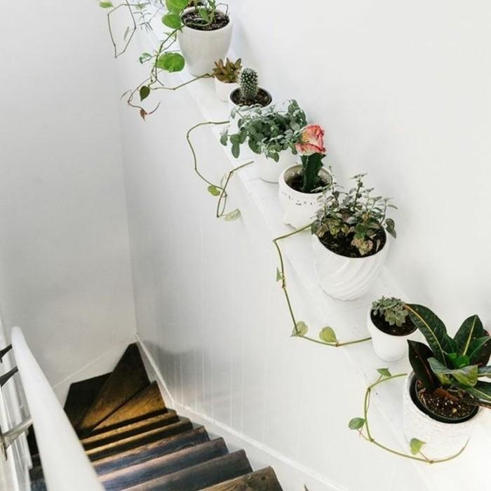 une-belle-deco-escalier-en-bois-usé-déco-en-fleurs-qui-longent-l-escalier