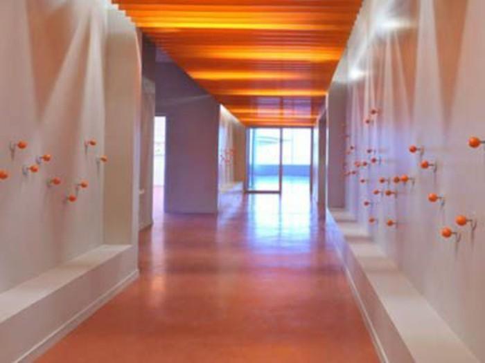 110-Tapisserie couloir. Plafond orange.