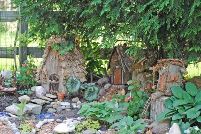 116-decoration Disney dans le jardin. 3 petites maison en bois.