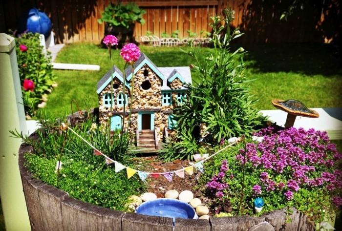 117-decoration Disney dans le jardin. Petites maison aux fenetres bleues.
