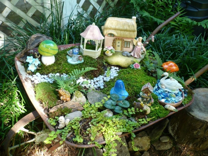 120-decoration Disney dans le jardin. Petite maison. Un ange gardien.