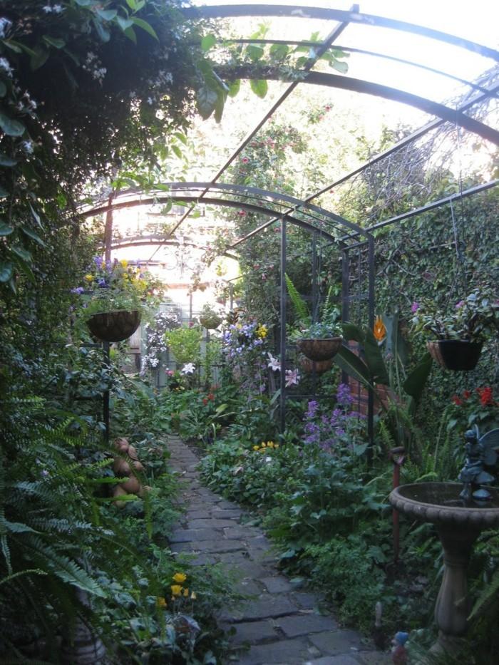 121-decoration Disney dans le jardin. Un tunel de verdure.
