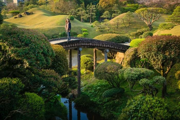 126-decoration Disney dans le jardin. Un pont.