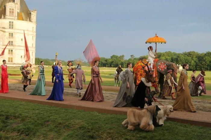 128-decoration Disney dans le jardin. Une procession royale.