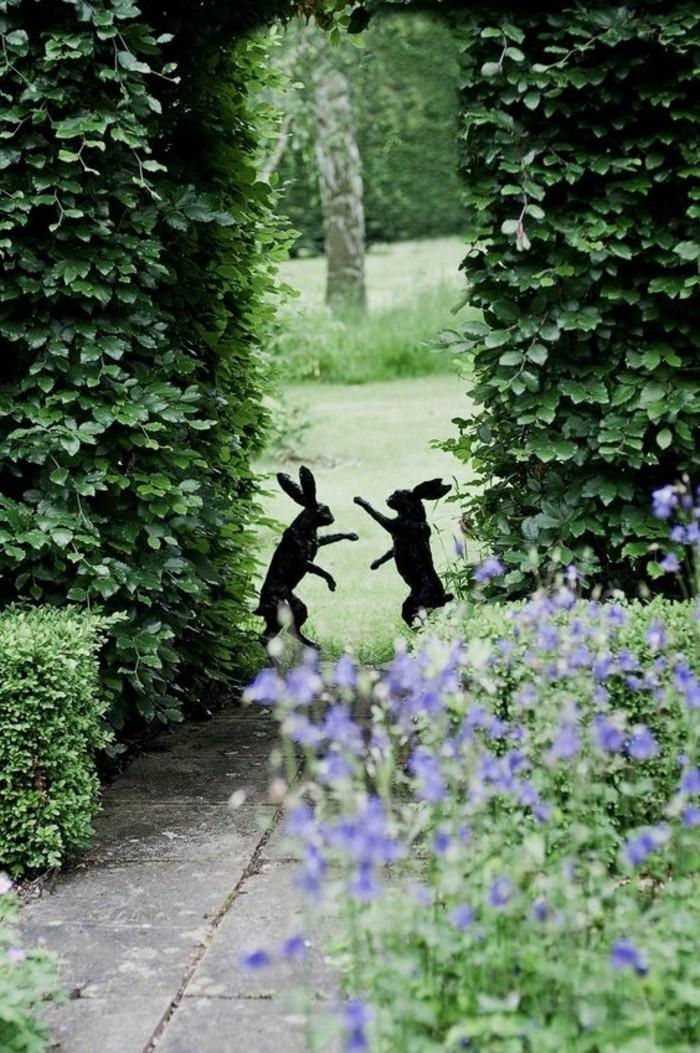 129-Cloture mur. Deux lapins.