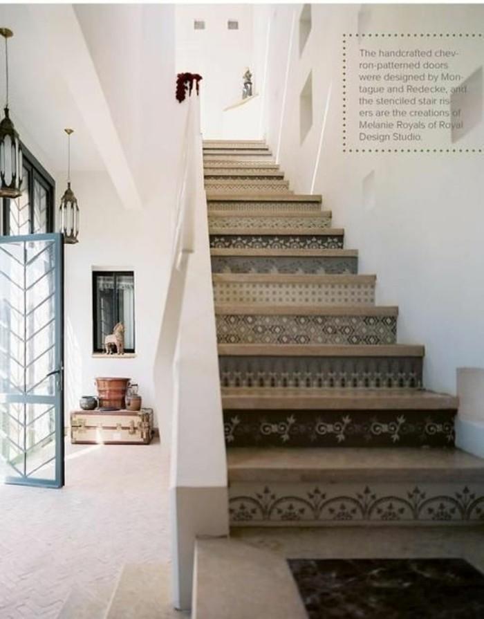 13-Papier peint pour couloir. Un escalier. Une porte ouverte.