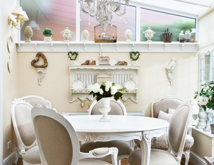 amenagement-veranda-dans-un-style-vintage-deco-veranda-en-blanc-et-gris-jolis-détails-décoratifs-qui-confèrent-un-côté-cosy