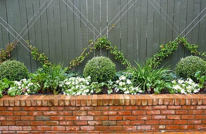 16-Mur de clôture. Couleurs gris, vert et fleurs blanches