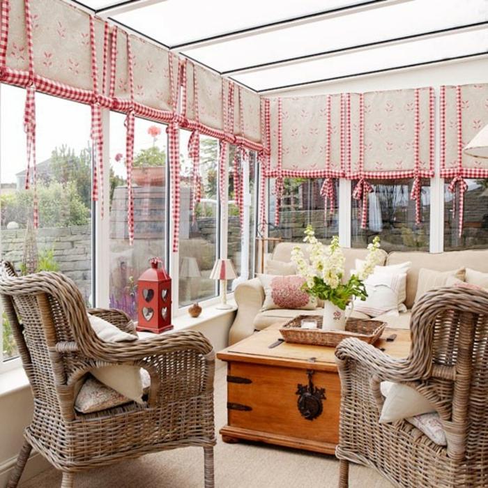 idee-déco-véranda-très-sympa-grand-canapé-confortable-chaises-en-rotin-table-vintage-en-bois-vue-remarquable