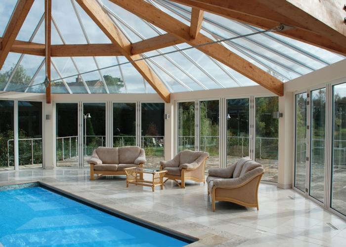 verrière-extérieure-qui-joue-le-rôle-d-un-abri-piscine-fauteuils-améangés-près-de-la-piscine-veranda-spacieuse