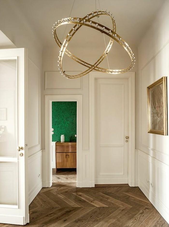 19-Papier peint pour couloir. Parquet. Une porte ouverte et une porte fermee.