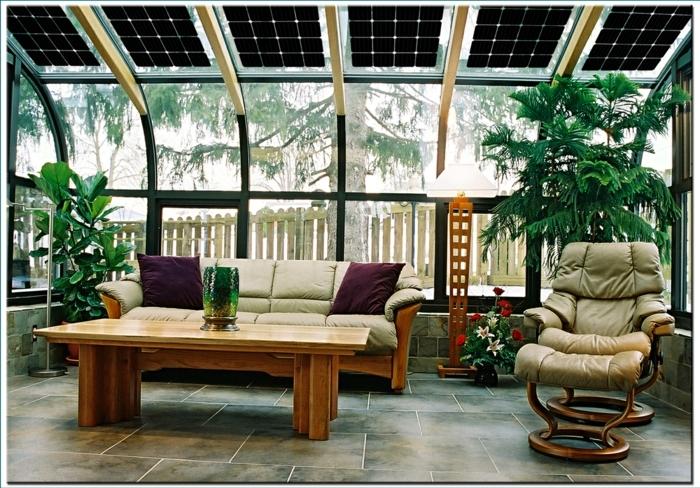 amenagement-veranda-magnifique-canapé-en-bois-fauteuil-très-confortable-table-en-bois-panneaux-photovoltaiques