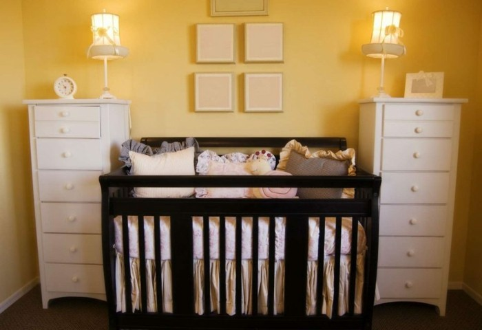 deco-chambre-bébé-couleur-murale-jaune-meubles-en-noir-et-blanc-une-chambre-bebe-à-la-mode