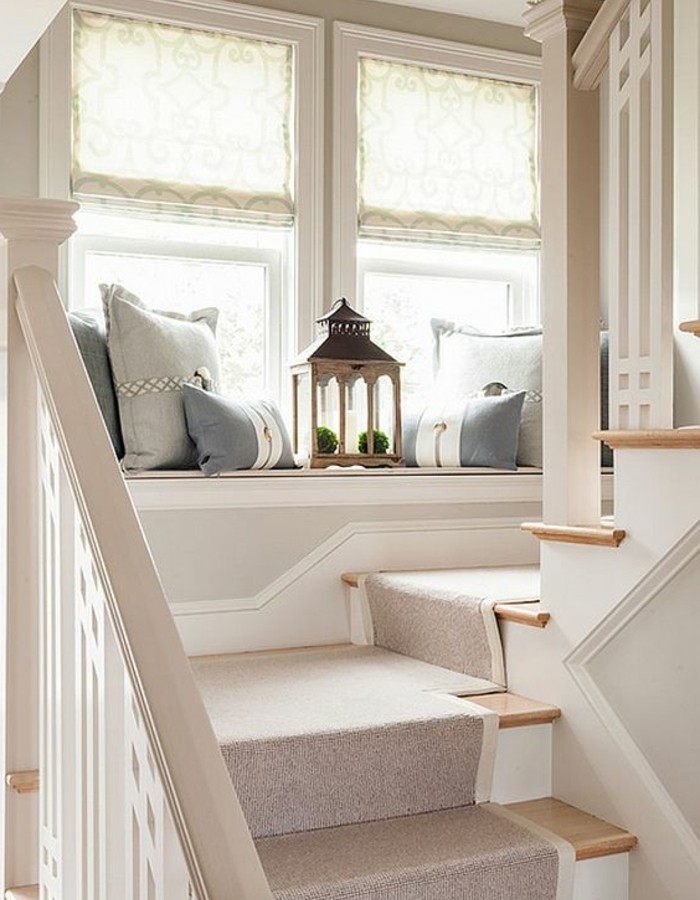 deco-escalier-avec-un-siège-aménagé-près-de-la-fenêtre-un-coin-repos-sur-le-palier-et-parfaite-idee-deco-escalier