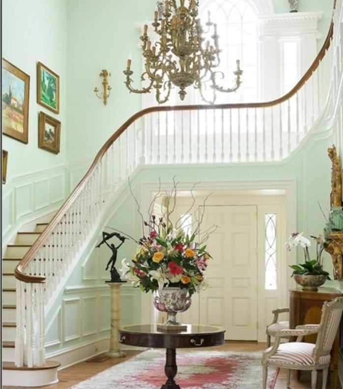 deco-escalier-maison-de-luxe-déco-mural-composé-de-tableaux-lustre-somptueux-applique-vintage-élégante