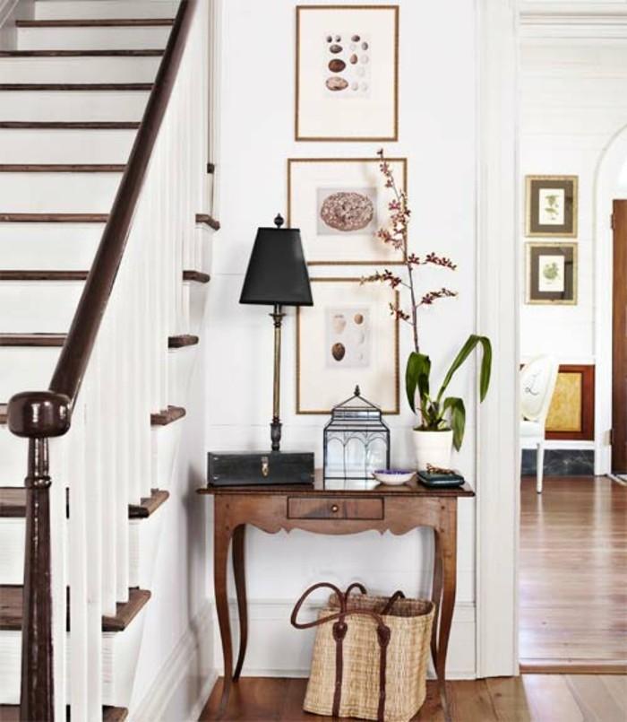 deco-escalier-style-vintage-lampe-à-poser-vintage-belle-deco-murale-lampion-vintage-petite-table